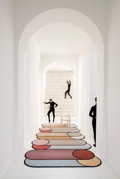שטיח עבודת יד Rotazion — סיבובים, שעיצבה אורקיולה לחברת CC-Tapis. טולמנ'ס
