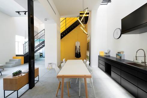 מבט למטבח - חלל אחד פתוח וזורם מחבר בין הסלון, המטבח ופינת האוכל. צילום: גדעון לוי