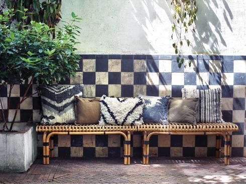 """. ספסל קלוע של HK living, גלוריה מונדי, צילום: יח""""צ"""