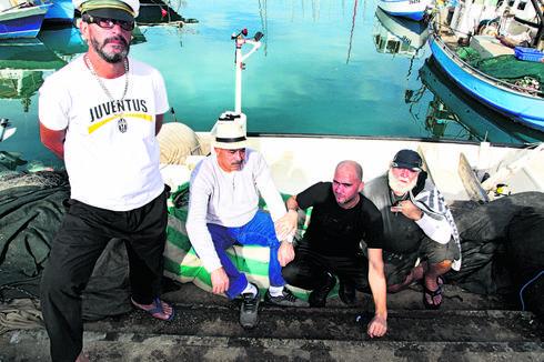 נופלים בין הסירות. דייגי נמל יפו. צילום: ריאן