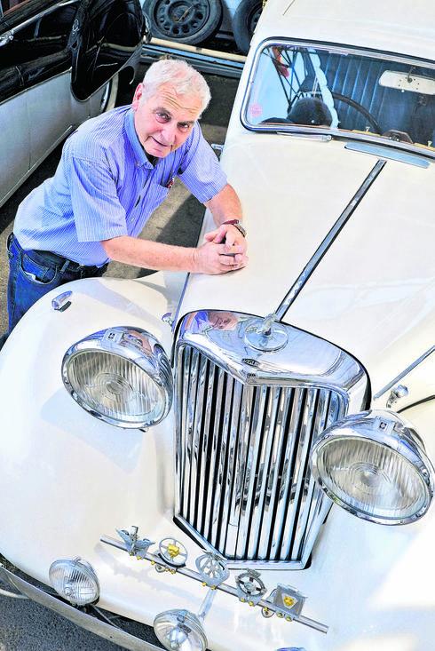 הרשקוביץ ואחת המכוניות | צילום: אבי רוקח