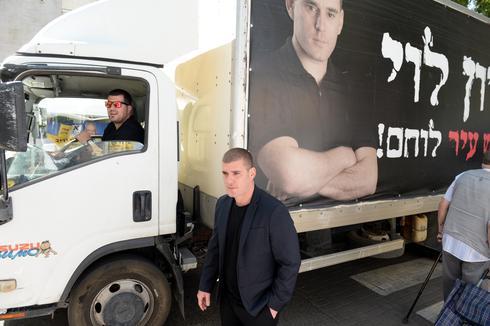 לוי מחוזק במשאית | צילום: קובי קואנקס