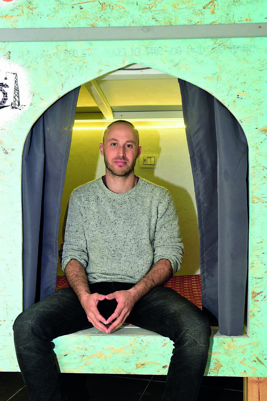 מיכה פלנברג, מבעלי המקום, בפתח אחד הפודים | צילום: נחום סגל