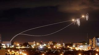 כיפת ברזל מיירטת רקטות מעל שדרות, הלילה(צילום: רויטרס)