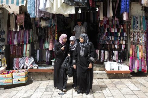 נשים בלבוש המוסלמי החדש ירושלים העתיקה, 2013. צילום: שרה שומן