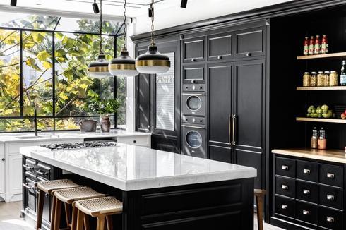 המטבח שעוצב בהתאמה אישית עד לפרט האחרון. צילום: איתי בנית