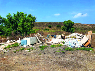 פסולת בחניון | צילום: פרטי