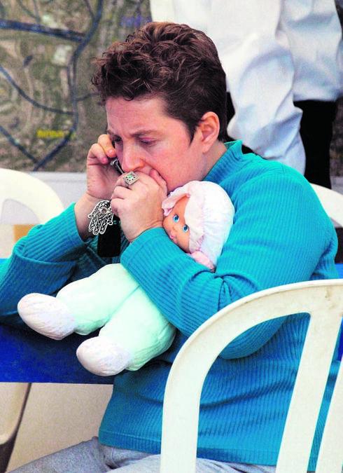 רוני קדם מחזיקה את בובת בתה   צילום: עמית שאבי
