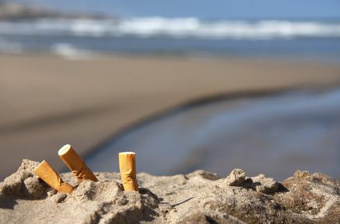 בדלי סיגריות בחוף הים | צילום המחשה: shutterstock