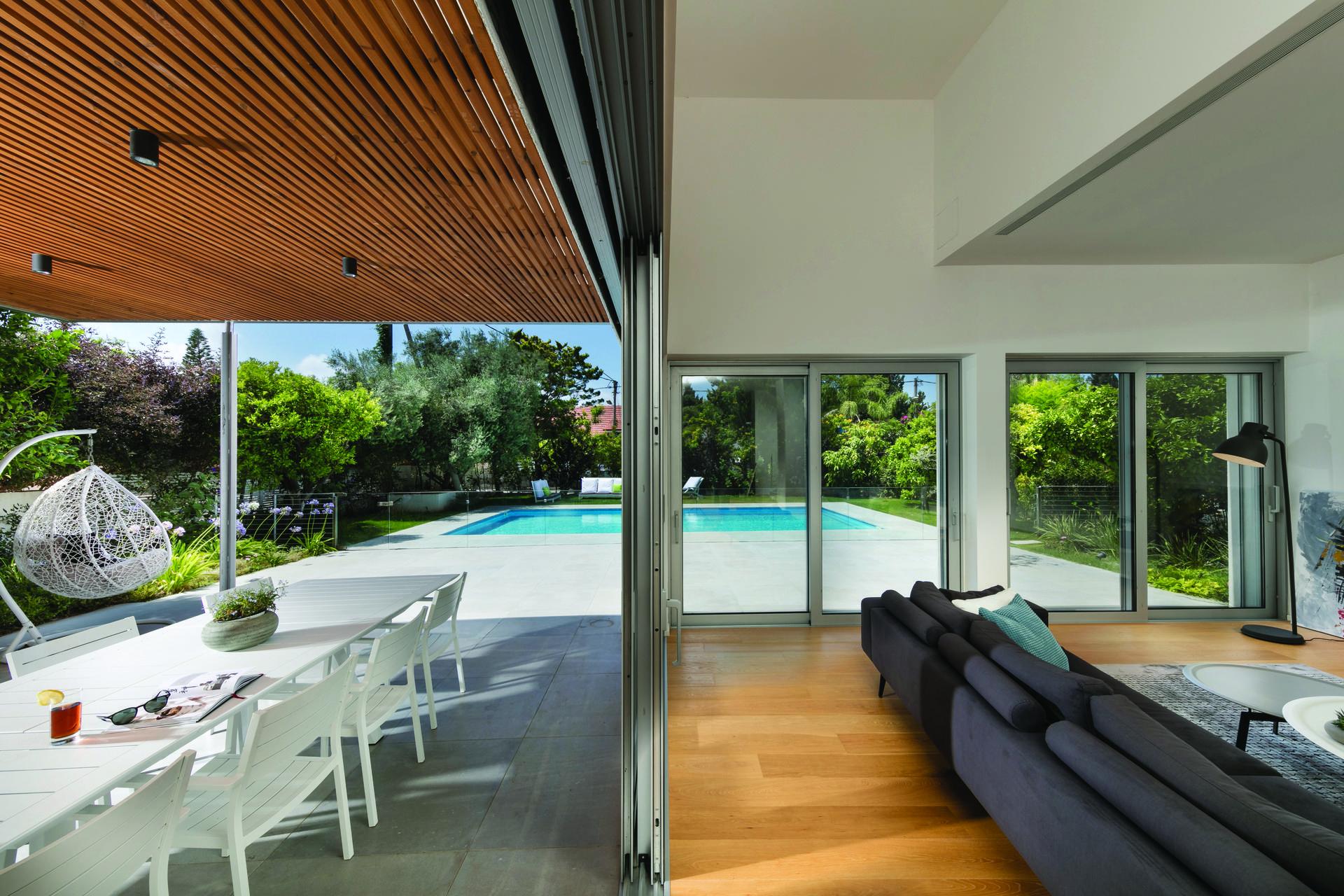 בית פרטי בשרון, המשלב בין פנים לחוץ, צילום: אלעד גונן
