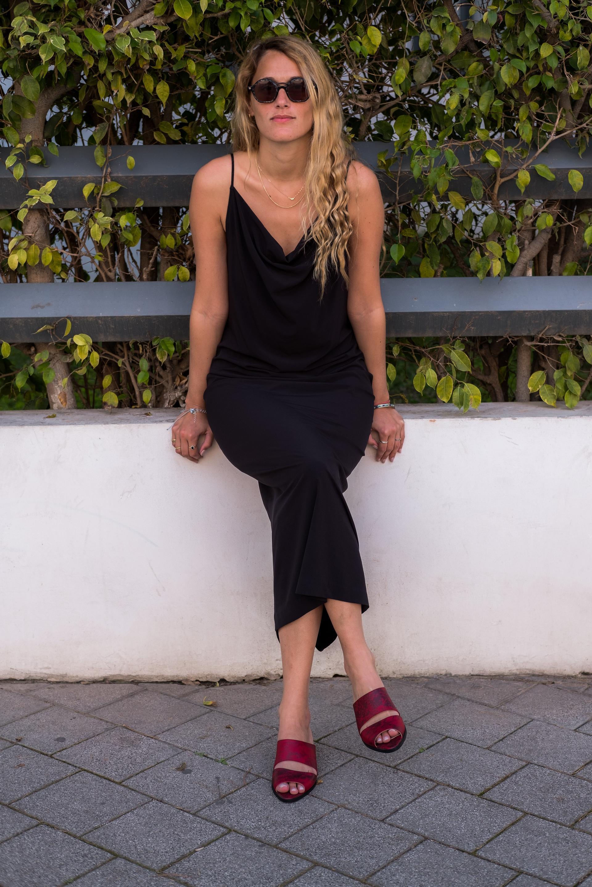 יעל זהבי בנעלי המותג שלה EUNOIA. צילום: דינה איינשטיין