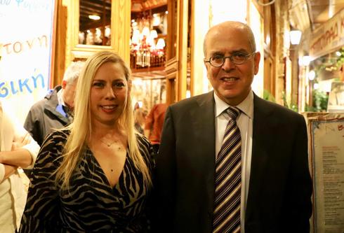 """שגריר ישראל ביוון, יוסי עמרני ומנכ""""לית ידיעות תקשורת, ליאת שרון. צילום: רועי אלמן"""