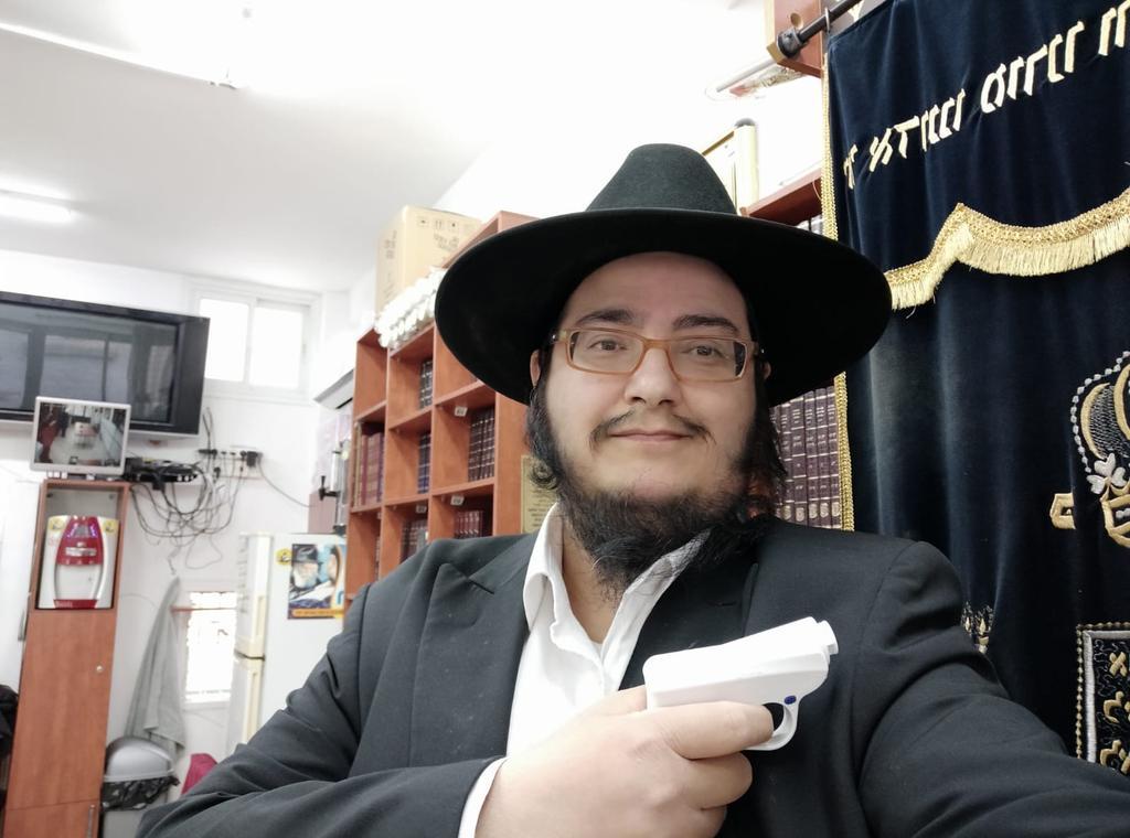 הרב מאיר אבוטבול. הצטייד בגז מדמיע | צילום: פרטי