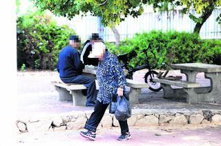 קשישים ברמות רחל, השבוע. השגרה מהווה לפעמים סכנה   צילום: קובי קואנקס